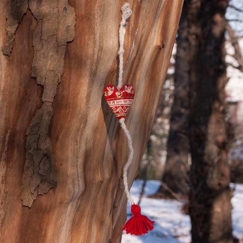"""Inimioară pictată cu ciucure, model 5, """"Cât pe lume voi trăi"""", 4,5x5,5 cm"""